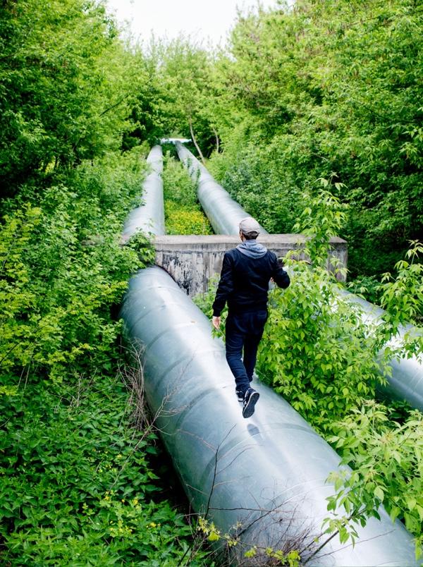 """Jan Komasa, po raz pierwszy od 15 lat spaceruje """"rurą"""" łączącą Grochów z Kawęczynem. Lata temu ten dystans pokonywał prawie codziennie."""
