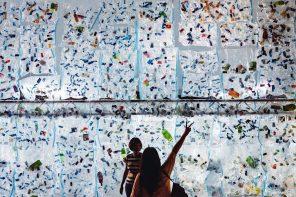 Eko-ostrzeżenie. Świecące ściany z plastikowych butelek stanęły w Singapurze