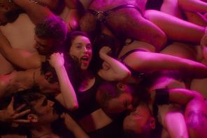 """St. Vincent szaleje w gejowskim klubie w najnowszym klipie do """"Fast Slow Disco"""""""